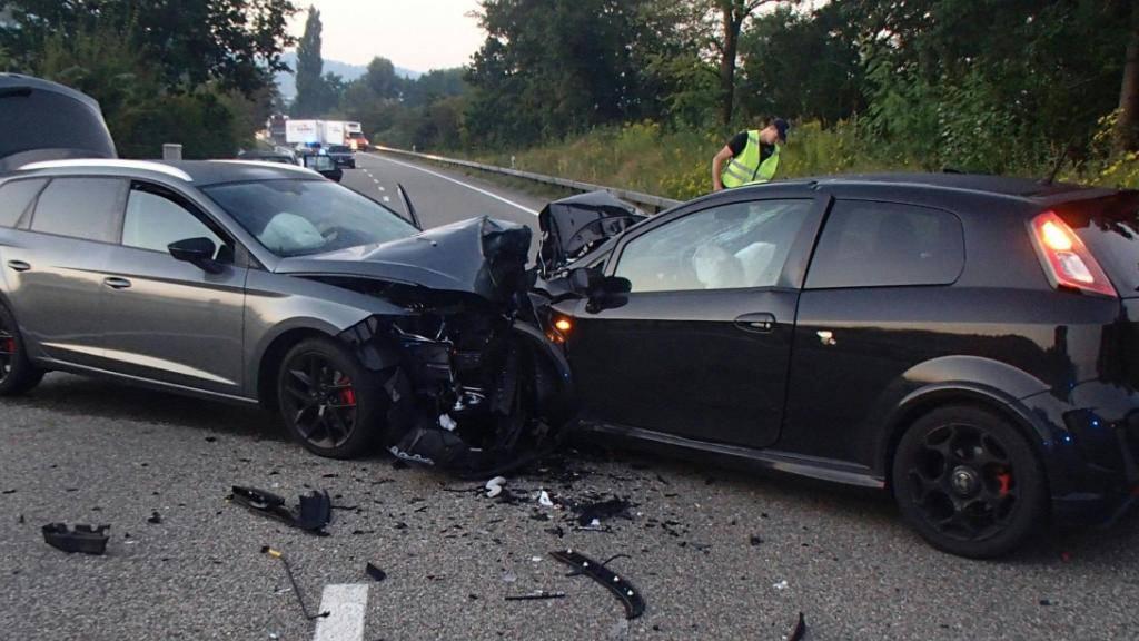 Beide Autos sind nach der Frontalkollision auf der Suhrentalstrasse in Oberentfelden AG schrottreif. Die Lenker erlitten Verletzungen.