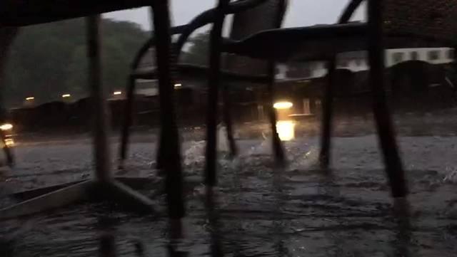 Am Samstagabend fegten heftige Gewitter über die Region. Der Solothurner Landhausquai wurde regelrecht geflutet, wie das Video zeigt.