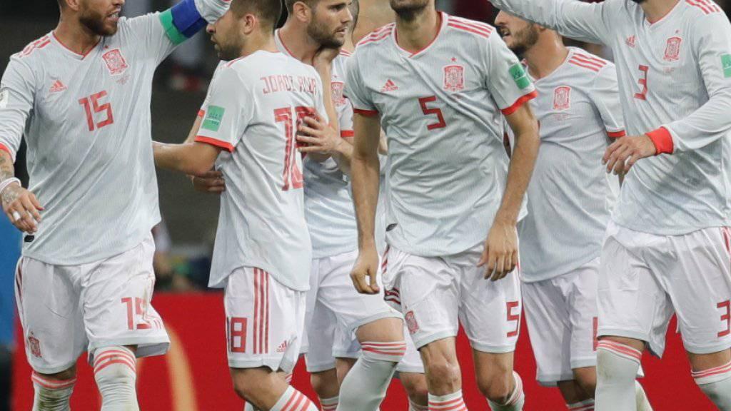 Hier feiern die Spanier das vorübergehende 2:2 von Diego Costa