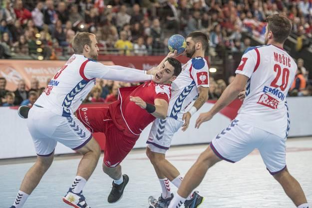 Ein deutliches Foul von Serbiens Zivan Pesic am Schweizer Luka Maros. Pesic geht mit ausgetreckten Armen zu Werke und verhindert eine klare Torchance. Das wird einen Siebenmeter geben.