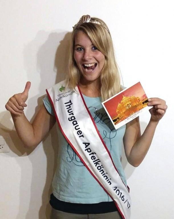 Angela Stocker freut sich sehr über die Karte aus Indien. (© zVg)