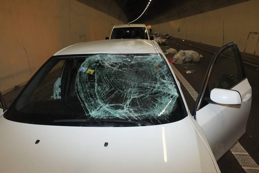 Ein Teil der Abfall-Ladung kippte auf einen weissen Personenwagen. Die Frontscheibe wurde beschädigt. ©kapo sg