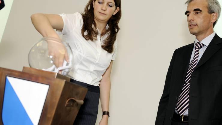 Esther Wiederkehr vom Statistischen Amt wirkt als «Glücksfee». Key