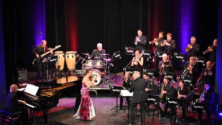 Pepe Lienhard, Charlotte Heinke und die Big Band Olten eröffneten im vollbesetzten Stadttheater mit einem musikalisch-gesanglichen Feuerwerk die neue Saison des Oltner Stadttheaters.
