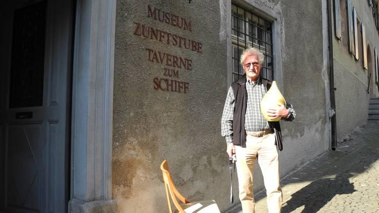 Noch warten die Objekte auf ihre Ausstellung in Museum Schiff: Hans Burger mit einer Vase des Keramikkünstlers Hans Lifka und einem Stuhl aus dem Salon der Familie Fahrländer-Brentano.