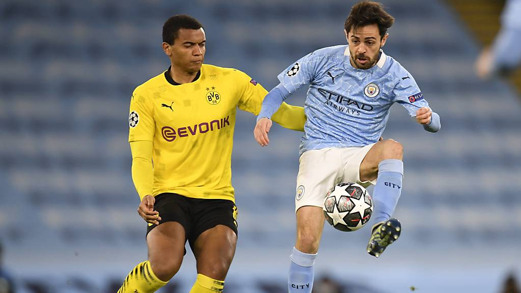 Manuel Akanji (links) ist eine feste Grösse in Dortmunds Abwehrreihe. Hier misst er sich mit Bernardo Silva von Manchester City.