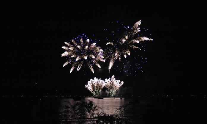 Das Feuerwerk Big Bang in Biel wurde zu Musik choreografiert und begeisterte Tausende am und auf dem See_08