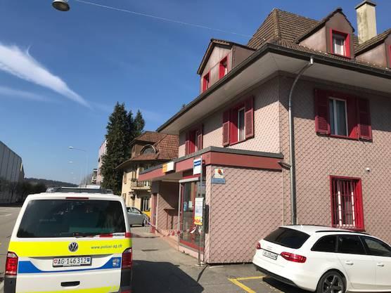 Die Kantonspolizei Aargau löste sofort eine Grossfahndung aus. Der Räuber konnte bislang nicht gefasst werden.