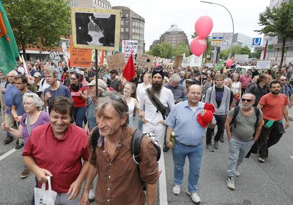 Die Demonstranten laufen durch die Hamburger Innenstadt.