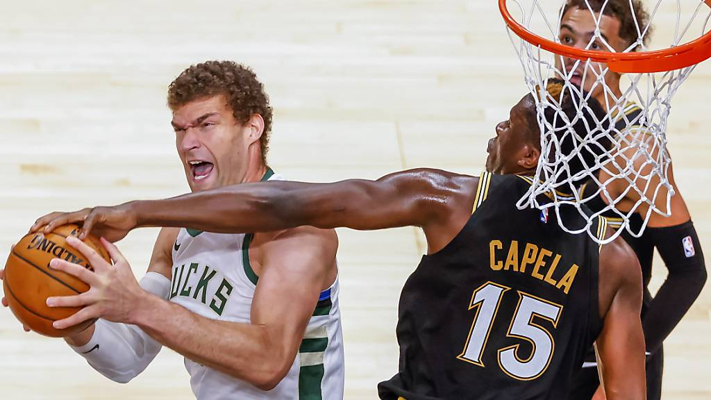 Clint Capela mit perfekter Verteidigungsarbeit: Hand am Ball, aber nicht am Gegner.