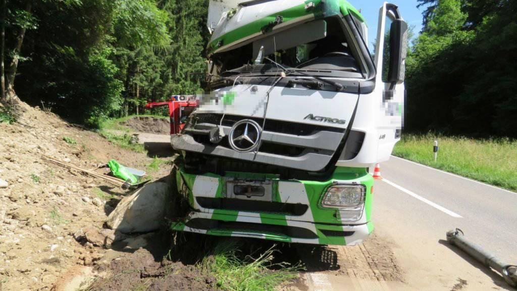 Beim Aufprall des Lastwagens auf die Böschung wurde das Fahrzeug stark beschädigt.