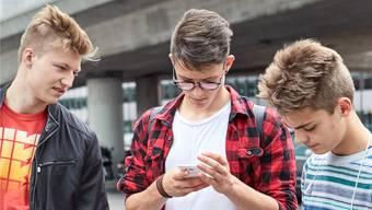 Viele Jugendlichen denken über ihr Online-Nutzungsverhalten nach. (Symbolbild)