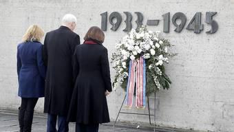 US-Vizeprädient Mike Pence hält mit seiner Frau Karen (rechts) und seiner Tochter Charlotte inne während des Besuchs der KZ-Gedenkstätte Dachau.