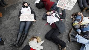 Rund 500 Aktivisten haben am Samstag in Lausanne eine Strasse blockiert, um auf die Klimakrise aufmerksam zu machen.