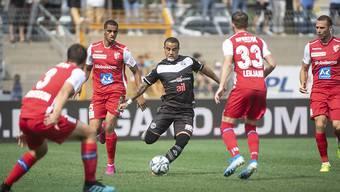 Luganos Stürmer Carlinhos Junior schiesst aufs Tor, umringt von vier Sittenern