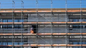 Auf auf Baustellen müssen die Massnahmen gegen die Corona-Pandemie eingehalten werden. (Symbolbild)