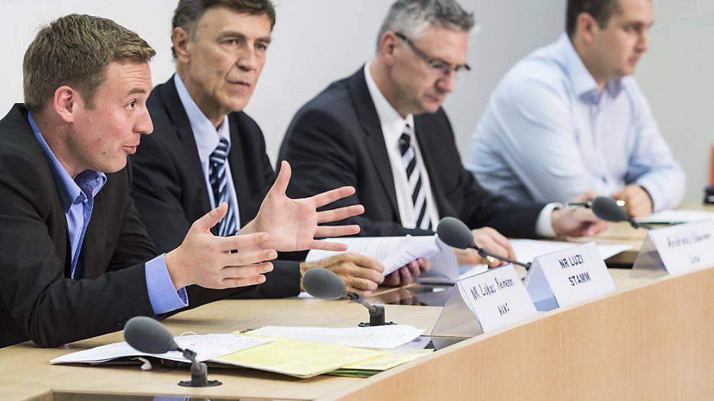 Die SVP-Nationalräte Lukas Reimann (SG) und Luzi Stamm (AG) sowie sifa-Präsident Andreas Glarner und Anian Liebrand (JSVP) (von links) stellen ihr Initiativprojekt vor.