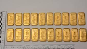 Die von der Polizei an der Grenze im Bergell entdeckten Goldbarren.