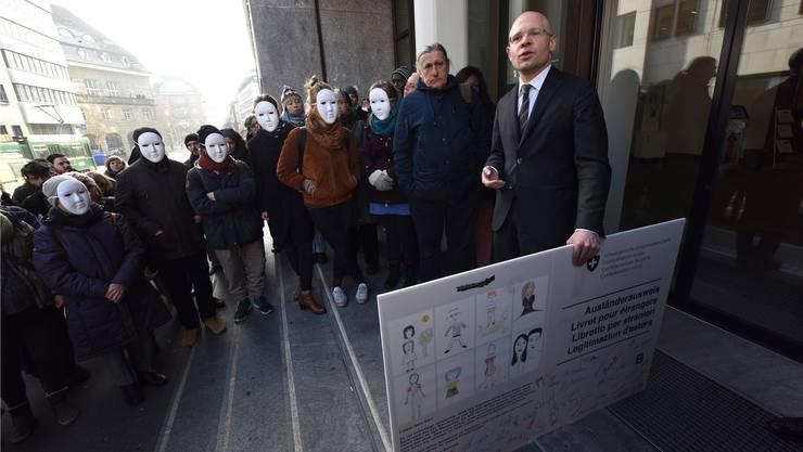 Die Aktivisten fordern, dass neun Sans-Papiers regularisiert werden. Sie leben seit mehr als zehn Jahren in Basel.