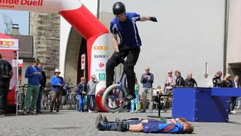 Mutig legten sich Kinder als Hürde für Einrad-Weltmeister Lukas Hilfer auf den Boden.