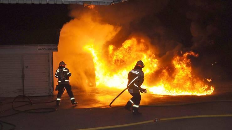 Totalschaden: Zwei Lieferwagen wurden in Oensingen SO vorsätzlich angezündet.