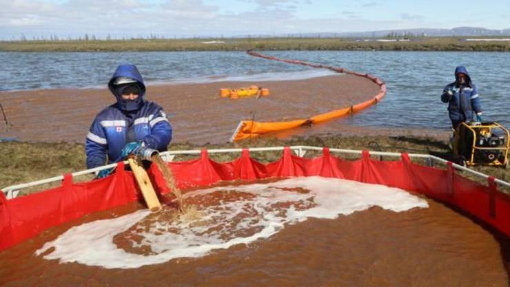 Der Ölteppich beim russischen Norilsk nördlich des Polarkreises wird zwar fachmännisch bearbeitet, aber es wird 10 Jahre dauern, bis sich die Natur erholt hat. (Handout)
