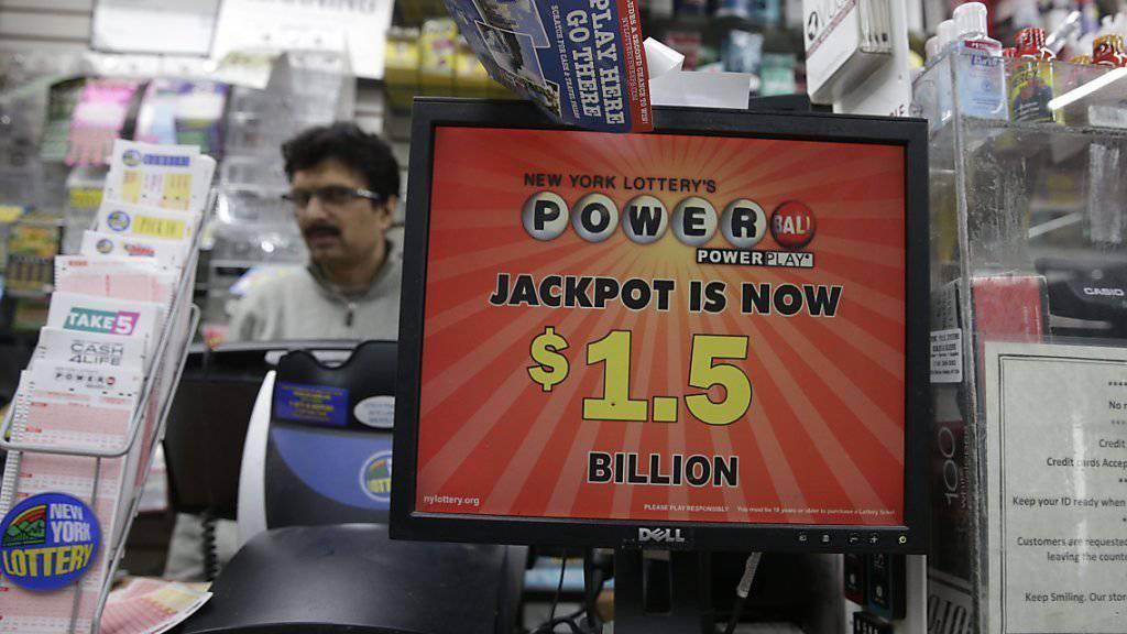 Mindestens ein Glücklicher oder eine Glückliche hat den Jackpot der Powerball-Lotterie in den USA geknackt: 1,5 Milliarden Dollar kriegt der Gewinner.