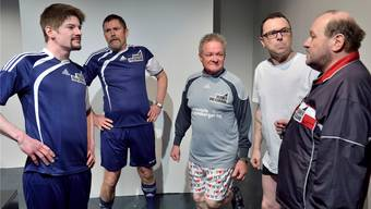 Frust beim Fussball-Training: (V.l.) Kevin (Lukas Linsi), Urs (Max Neuenschwander), Ruedi (Roland Graf), Beat (Jerry Lergier) und Trainer (Kurt Hofer).