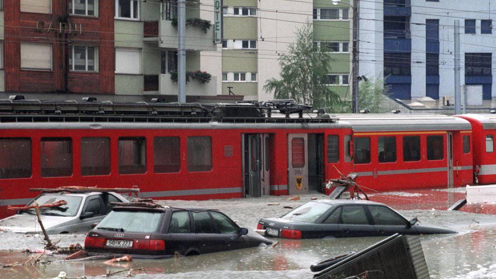 Der überschwemmte Bahnhofplatz von Brig vor 25 Jahren. Eine gewaltige Schlammlawine begrub die Stadt unter sich. Zwei Frauen kamen bei der Katastrophe ums Leben. (Archivbild)