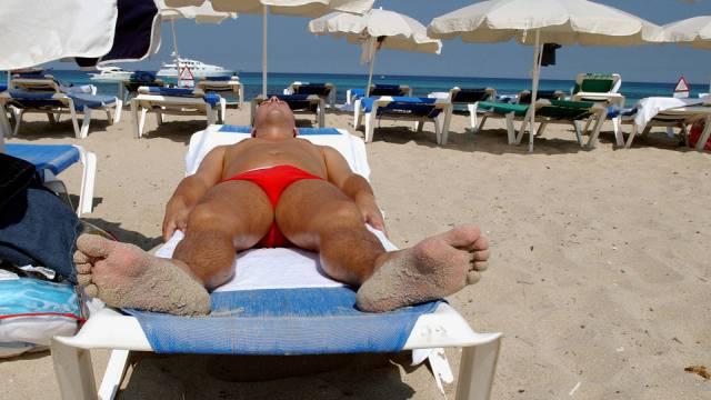 Mann an einem Strand der spanischen Mittelmeer-Insel Ibiza (Archiv)