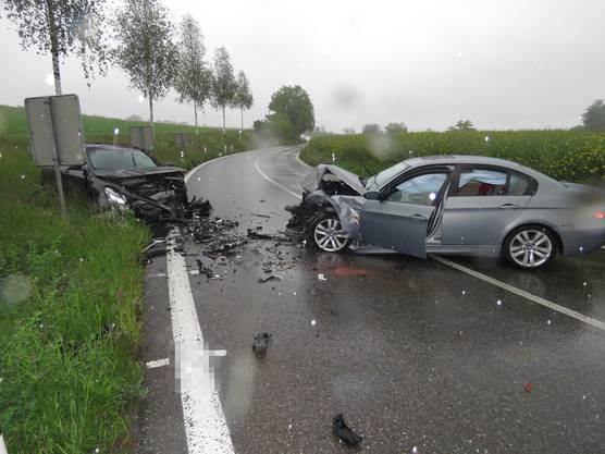 Zufikon, 20. Mai: Bei einer heftigen Frontalkollision sind zwei Fahrer verletzt worden. An den Autos entstand Totalschaden.