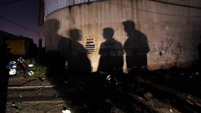 Schatten junger Palästinenser nach einem israelischen Luftangriff im Gazastreifen