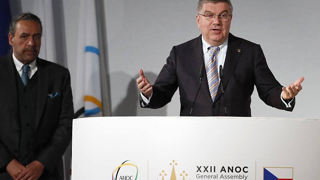 IOC-Präsident Thomas Bach (rechts) wird am Dienstag in Lausanne über einen allfälligen Komplett-Ausschluss von Russland für Olympia 2018 informieren