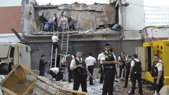 Die Verbrecher legten mehrere Sprengstoffsätze, um bis zum Tresor durchzukommen. Das Lokal wurde dabei praktisch zerstört.