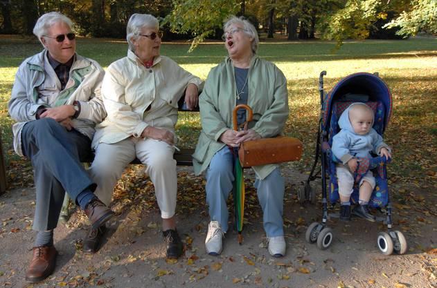 Mit Freunden plaudern und dabei den Enkel hüten – Was einst gewöhnlicher Alltag war, ist heute nicht mehr möglich.
