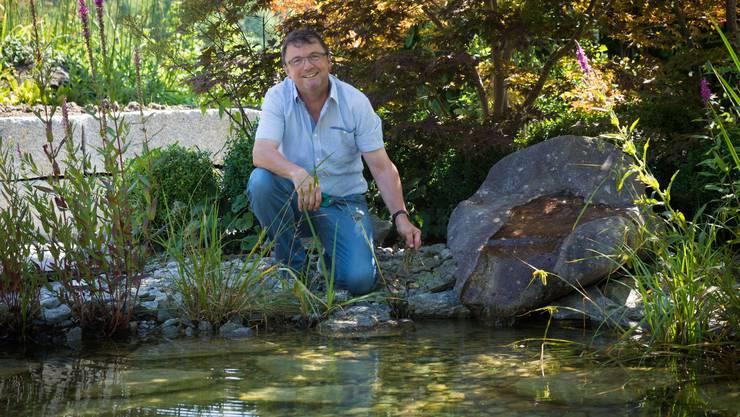 Toni Bieler hegt und Pflegt seinen Garten und seinen Naturteich