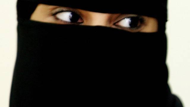 Hinter dieser Verhüllung verbirgt sich eine saudische Frau (Symbolbild, Archiv)