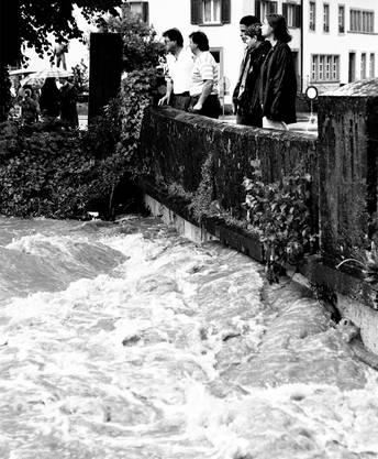 Die Bögen der Endinger Brücke können das Wasser nicht mehr schlucken.