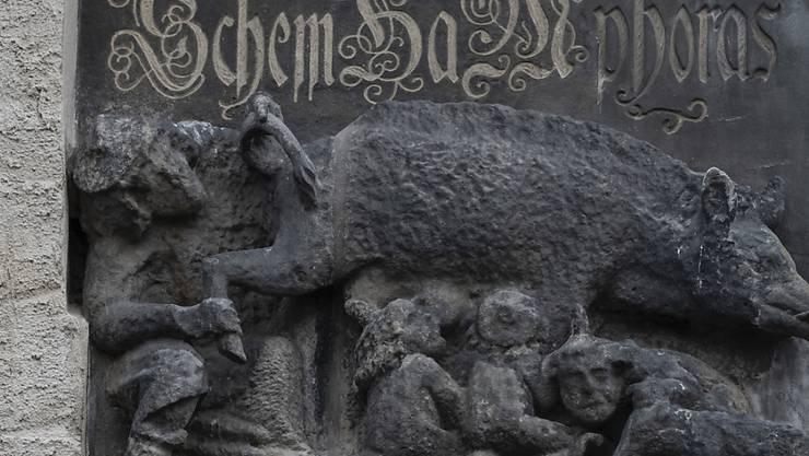 """Dieses antijüdische Relief muss nicht entfernt werden: Die """"Judensau"""" an der Stadtkirche von Wittenberg (D)."""