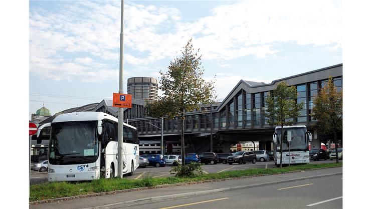 Es hat wenig Platz für Busse am Basler SBB Bahnhof (Archiv)