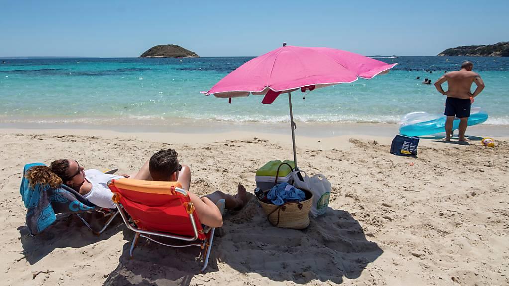 Deutsche Touristen zieht es über die Ostertage wieder vermehrt nach Mallorca. Die Buchungszahlen in den Reisebüros steigen seit die Lieblingsferieninsel der Deutschen nicht mehr auf der Corona-Risikoliste steht.(Archivbild)