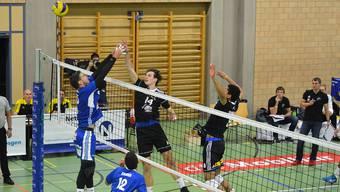 Schönenwerds Passeur Leon Dervisaj (rechts) im Duell am Netz mit Lausannes Matchwinner Adrien Prével.