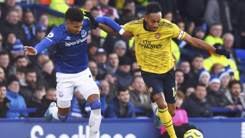 Evertons Mason Holgate (links) will Arsenals Stürmerstar Pierre-Emerick Aubameyang den Ball abjagen