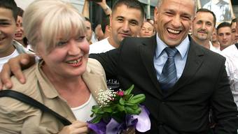 Hier hatte er noch gut lachen: Der Militärkommandant der ehemaligen bosniakischen Enklave Srebrenica, Naser Oric, wurde 2008 von den Kriegsverbrecher-Vorwürfen freigesprochen. Am Mittwoch wurde Oric in der Schweiz festgenommen. Serbien hatte ihn mit einem internationalen Haftbefehl gesucht. (Archiv)