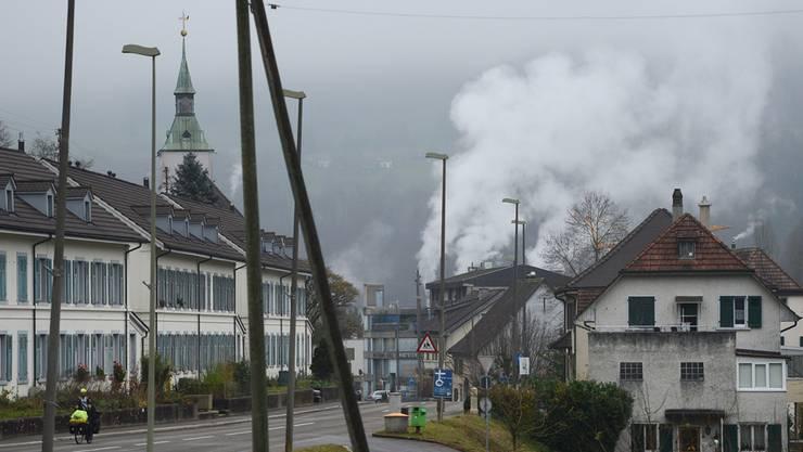 Grellingen (im Bild günstiger Wohnraum an der Delsbergstrasse) hat sein zentrales Entwicklungsprojekt auf Eis gelegt.