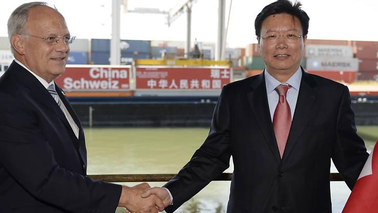Bundesrat Johann Schneider-Ammann (links) und Yu Jianhua (rechts), Botschafter Chinas bei der Welthandelsorganisation WTO, reichen sich beim Festakt zum Inkrafttreten des Freihandelsabkommens die Hände (Archiv)