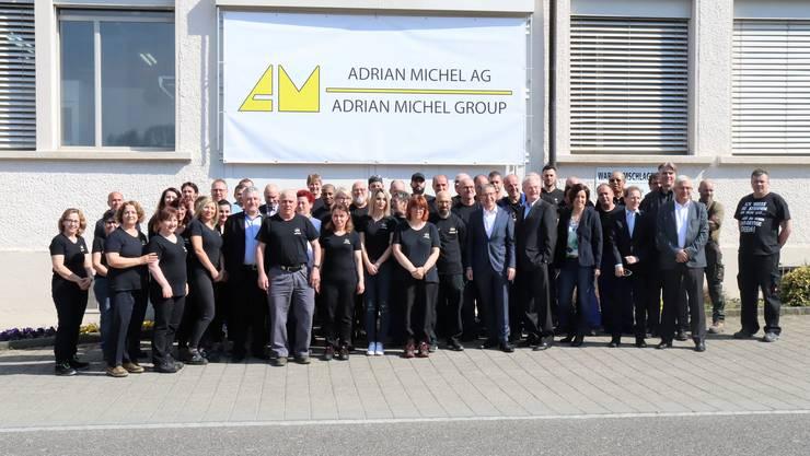 Gruppenbild mit Landammann (M). Zum Abschluss wurde der Besuch von Urs Hofmann bei der Adrian Michel AG verewigt.