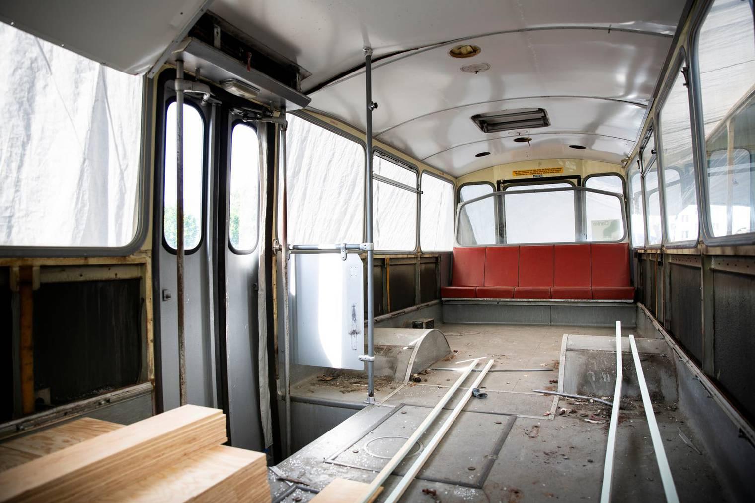 Die Sitze sind raus, jetzt hat es Platz für eine Bar.