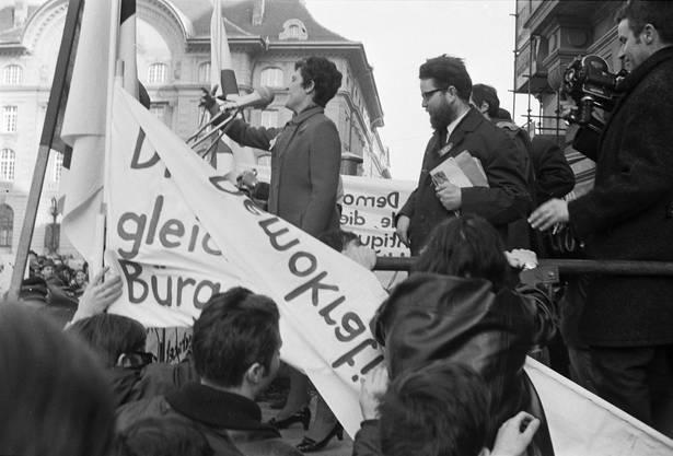 Bei der Rückkehr auf den Bundesplatz verkündete Emilie Lieberherr, die Präsidentin des Aktionskomitees für den Marsch nach Bern am Mikrofon: «Keiner der Bundesräte hatte den Mut, uns zu empfangen!»