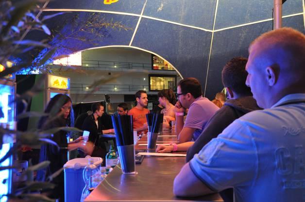 In der Red Bull Bar gibt es diverse Drinks mit vier verschiedenen Sorten Red Bull
